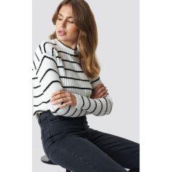 Trendyol Sweter w paski - White. Białe swetry damskie Trendyol, z materiału, z okrągłym kołnierzem. Za 80.95 zł.