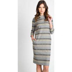 Sukienka w pasy z kieszeniami QUIOSQUE. Szare sukienki damskie QUIOSQUE, w geometryczne wzory, z dzianiny, biznesowe, z klasycznym kołnierzykiem, z długim rękawem. W wyprzedaży za 99.99 zł.