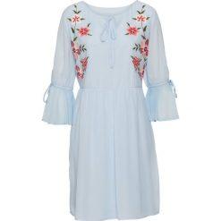Sukienka z haftem i falbanami bonprix pudrowy niebieski. Niebieskie sukienki damskie bonprix, na lato, z haftami. Za 109.99 zł.