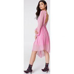 NA-KD Asymetryczna sukienka z wycięciem z tyłu - Pink. Sukienki damskie NA-KD Trend, z asymetrycznym kołnierzem. W wyprzedaży za 80.98 zł.