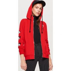 Bluza z kapturem MICKEY MOUSE - Czerwony. Czerwone bluzy damskie Cropp, z motywem z bajki. Za 99.99 zł.