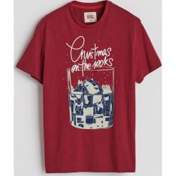 T-shirt ze świątecznym nadrukiem - Czerwony. Czerwone t-shirty męskie Reserved, z nadrukiem. Za 29.99 zł.