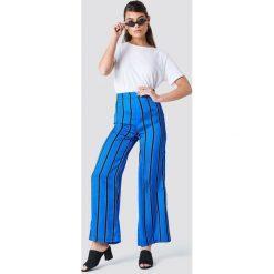NA-KD Spodnie dzwony w paski z wysokim stanem - Blue. Niebieskie spodnie materiałowe damskie NA-KD, w paski, z satyny. Za 80.95 zł.