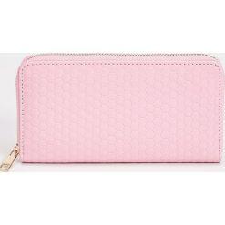 Duży portfel - Różowy. Czerwone portfele damskie Sinsay. Za 24.99 zł.