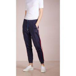 True Religion PANT CROPPED SPORT Spodnie treningowe navy. Spodnie dresowe damskie True Religion, z bawełny. Za 669.00 zł.