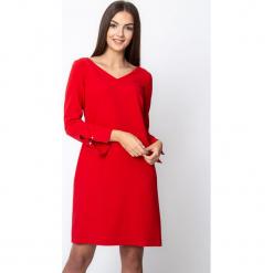 Czerwona sukienka z rozcięciami przy rękawach QUIOSQUE. Czerwone sukienki damskie QUIOSQUE, z tkaniny, eleganckie. Za 219.99 zł.