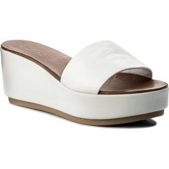 Klapki INUOVO - 8695 White. Białe klapki damskie Inuovo, ze skóry. W wyprzedaży za 129.00 zł.