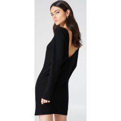 NA-KD Sukienka z głębokim dekoltem na plecach - Black. Czarne sukienki damskie NA-KD, z dzianiny, z dekoltem na plecach, z długim rękawem. Za 121.95 zł.