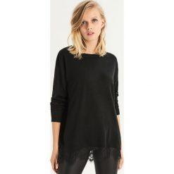 Sweter z koronkowym panelem - Czarny. Czarne swetry damskie Sinsay, z koronki. Za 49.99 zł.