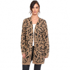 """Kardigan """"Leopard"""" w kolorze karmelowym. Brązowe kardigany damskie Cosy Winter, z motywem zwierzęcym. W wyprzedaży za 181.95 zł."""