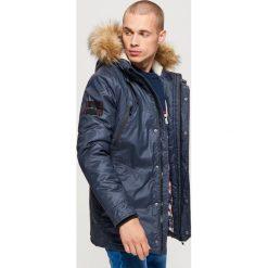 Sportowy płaszcz na zimę - Granatowy. Niebieskie płaszcze męskie Cropp, na zimę, sportowe. Za 369.99 zł.