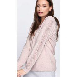 Beżowy Sweter I'm Not Giving Up. Brązowe swetry damskie Born2be, z koronki, z dekoltem w serek. Za 79.99 zł.