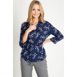Granatowa bluzka w kwiaty z wiązaniem w pasie QUIOSQUE. Brązowe bluzki damskie QUIOSQUE, w kwiaty, z tkaniny, eleganckie, z klasycznym kołnierzykiem. W wyprzedaży za 49.99 zł.
