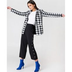NA-KD Trend Spodnie z wysokim stanem i zatrzaskami - Black. Czarne spodnie materiałowe damskie NA-KD Trend, z haftami, z poliesteru. Za 161.95 zł.