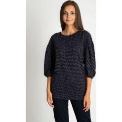Czarna bluzka z błyszczącą nitką QUIOSQUE. Czarne bluzki damskie QUIOSQUE, w paski, z dzianiny, z długim rękawem. W wyprzedaży za 39.99 zł.