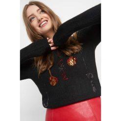 Sweter z cekinowym wzorem. Czarne swetry damskie Orsay, z dzianiny, z okrągłym kołnierzem. Za 119.99 zł.
