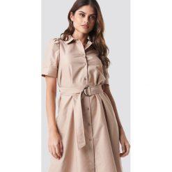 NA-KD Trend Sukienka koszulowa z paskiem - Beige. Brązowe sukienki damskie NA-KD Trend, w paski, z koszulowym kołnierzykiem, z krótkim rękawem. Za 121.95 zł.