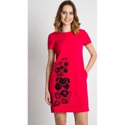 Różowa sukienka z krótkim rękawem BIALCON. Czerwone sukienki damskie BIALCON, z haftami, z tkaniny, eleganckie, z kopertowym dekoltem, z krótkim rękawem. Za 369.00 zł.