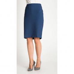 Granatowa strukturalna spódnica QUIOSQUE. Niebieskie spódnice damskie QUIOSQUE, z tkaniny, biznesowe. W wyprzedaży za 99.99 zł.