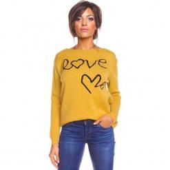 """Sweter """"Love"""" w kolorze musztardowym. Żółte swetry damskie So Cachemire, z kaszmiru, z okrągłym kołnierzem. W wyprzedaży za 173.95 zł."""