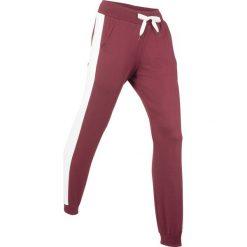 Spodnie bawełniane dresowe, długie bonprix bordowy. Czerwone spodnie dresowe damskie bonprix, w paski, z bawełny. Za 79.99 zł.