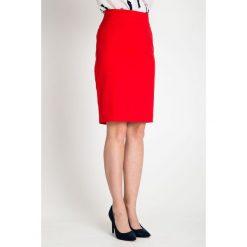 Czerwona ołówkowa spódnica QUIOSQUE. Czerwone spódnice damskie QUIOSQUE, z dzianiny. W wyprzedaży za 59.99 zł.