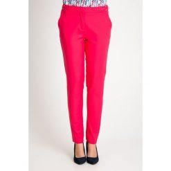 Różowe eleganckie tkaninowe spodnie  QUIOSQUE. Czerwone spodnie materiałowe damskie QUIOSQUE, z haftami, z bawełny. W wyprzedaży za 69.99 zł.