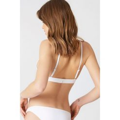 NA-KD Swimwear Góra od bikini z metalową sprzączką - White. Białe bikini damskie NA-KD Swimwear. Za 40.95 zł.