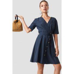Trendyol Kopertowa sukienka z guzikami - Navy. Niebieskie sukienki damskie Trendyol, w paski, z kopertowym dekoltem. Za 80.95 zł.