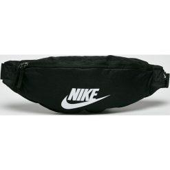 Nike Sportswear - Saszetka. Czarne saszetki męskie Nike Sportswear, z materiału, casualowe. W wyprzedaży za 69.90 zł.
