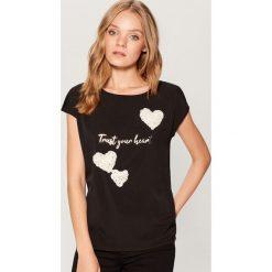 Koszulka z kwiatową aplikacją - Czarny. Czarne bluzki damskie Mohito, z aplikacjami. Za 59.99 zł.