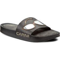 Klapki CARINII - B3980/OP G22-000-000-C37. Czarne klapki damskie Carinii, ze skóry. W wyprzedaży za 159.00 zł.