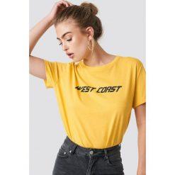 NA-KD Trend T-shirt oversize West Coast - Yellow. Żółte t-shirty damskie NA-KD Trend, z nadrukiem, z jersey, z okrągłym kołnierzem. Za 72.95 zł.
