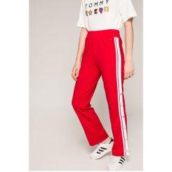 Tommy Jeans - Spodnie. Jeansy damskie marki Tommy Jeans. W wyprzedaży za 299.90 zł.
