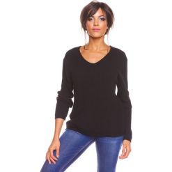 """Sweter """"Carmen"""" w kolorze czarnym. Czarne swetry damskie So Cachemire, z kaszmiru, z kołnierzem typu carmen. W wyprzedaży za 173.95 zł."""