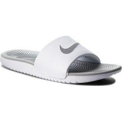 Klapki NIKE - Kawa Slide 834588 100 White/Metallic Silver. Białe klapki damskie Nike, z tworzywa sztucznego. W wyprzedaży za 129.00 zł.