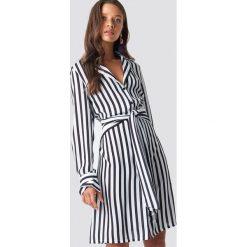 NA-KD Trend Sukienka w paski z wiązaniem - White,Multicolor. Białe sukienki damskie NA-KD Trend, w paski, z poliesteru, klasyczne, z klasycznym kołnierzykiem. Za 202.95 zł.