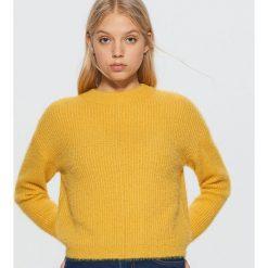 Krótki sweter - Żółty. Żółte swetry damskie Cropp. Za 89.99 zł.