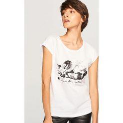 T-shirt z kotem - Biały. Białe t-shirty damskie Reserved. Za 29.99 zł.