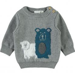 """Sweter """"Sanno"""" w kolorze szarym. Szare swetry dla chłopców Name it Baby, z aplikacjami, z bawełny, z okrągłym kołnierzem. W wyprzedaży za 42.95 zł."""