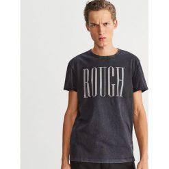 Bawełniany T-shirt z nadrukiem - Szary. Szare t-shirty męskie Reserved, z nadrukiem, z bawełny. Za 49.99 zł.