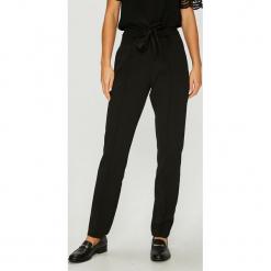 Jacqueline de Yong - Spodnie. Szare spodnie materiałowe damskie Jacqueline de Yong, z haftami, z elastanu. Za 119.90 zł.