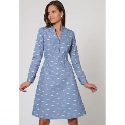Sukienka w kolorze niebieskim ze wzorem. Białe sukienki damskie TrakaBarraka, ze stójką. W wyprzedaży za 149.95 zł.