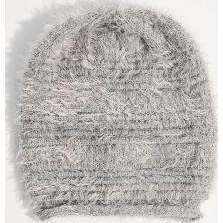 Czapka z dzianiny z długim włosem - Jasny szar. Czapki i kapelusze damskie marki WED'ZE. W wyprzedaży za 14.99 zł.