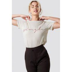 NA-KD Trend T-shirt basic Single - Beige. Brązowe t-shirty damskie NA-KD Trend, z nadrukiem, z jersey, z okrągłym kołnierzem. Za 72.95 zł.