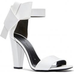 Skórzane sandały w kolorze kremowym. Białe sandały damskie Stella Luna, w paski, z lakierowanej skóry. W wyprzedaży za 545.95 zł.
