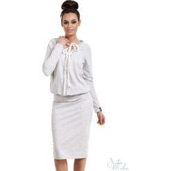 Sukienka z wiązaniem bee-022. Szare sukienki damskie BEE, z dresówki, dekolt w kształcie v. Za 139.90 zł.