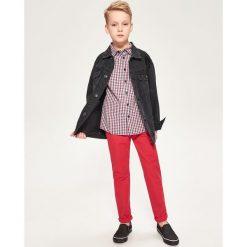 Spodnie chino - Czerwony. Spodnie materiałowe damskie marki Reserved. W wyprzedaży za 39.99 zł.