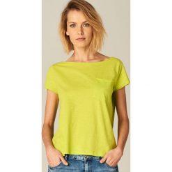 Koszulka z dekoltem typu łódka - Zielony. Zielone t-shirty damskie Mohito, z dekoltem w łódkę. Za 29.99 zł.