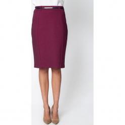 Śliwkowa ołówkowa spódnica z paskiem QUIOSQUE. Czerwone spódnice damskie QUIOSQUE, z nadrukiem, z dzianiny, biznesowe. Za 139.99 zł.